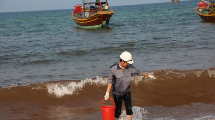 Quảng Bình: Phát hiện nước biển ven bờ đổi màu