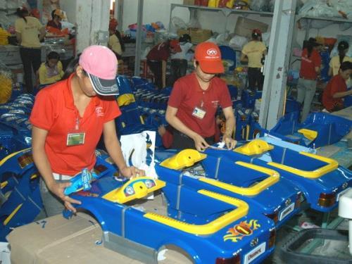 Sản xuất đồ chơi tại một công ty nhựa ở Thành phố Hồ Chí Minh. Ảnh: Kim Phương/TTXVN