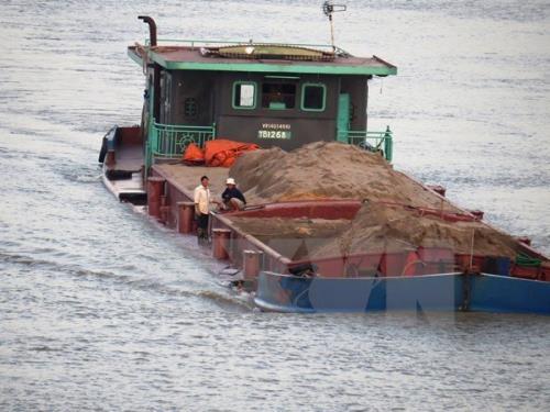 Tàu chở cát bị chìm trên sông Hồng, bốn người thoát chết