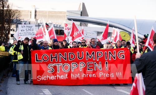Các nhân viên Hãng hàng không Lufthansa biểu tình yêu cầu được tăng lương tại Hamburg ngày 24/11. Ảnh: EPA/TTXVN