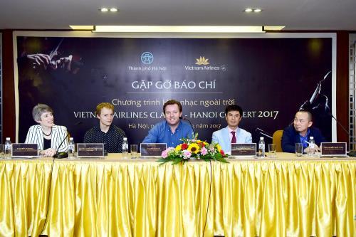 Ban tổ chức chương trình hòa nhạc ngoài trời Vietnam Airlines Classic - Hanoi Concert 2017. Ảnh: Diệu Linh/BNEWS/TTXVN