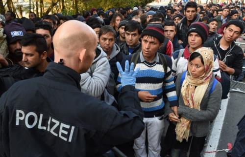 Dòng người tị nạn xếp hàng tại biên giới Đức-Áo để chờ được nhập cảnh vào Đức. Ảnh AFP