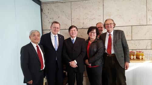 Thủ hiến bang Thüringen, ông Bodo Ramelow (đứng thứ hai từ trái qua) tiếp Tham tán Công sứ thương mại Việt Nam tại Đức, Đại sứ Nguyễn Hữu Tráng để trao đổi thúc đẩy hợp tác giữa bang Thüringen với Việt Nam. Ảnh: TTXVN