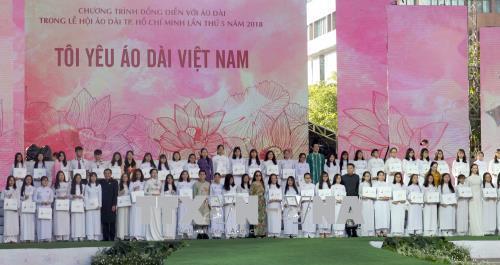 Ban tổ chức trao tặng 50 suất học bổng, vải áo dài cho các học sinh giỏi, vượt khó của các trường trung học phổ thông trên địa bàn thành phố. Ảnh: Quang Nhựt - TTXVN