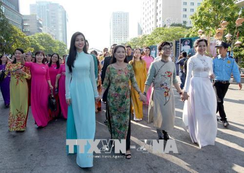Các đại biểu tham gia diễu hành tại chương trình đồng diễn. Ảnh: Quang Nhựt - TTXVN