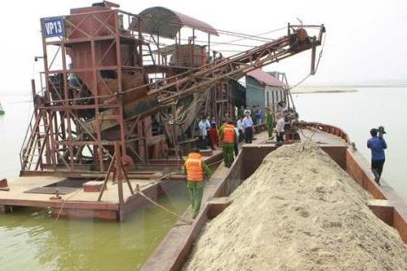 Bảo vệ đê điều gặp khó từ nạn khai thác cát sỏi trái phép
