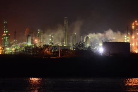 Mối lo dư cung tiếp tục gây áp lực lên giá dầu