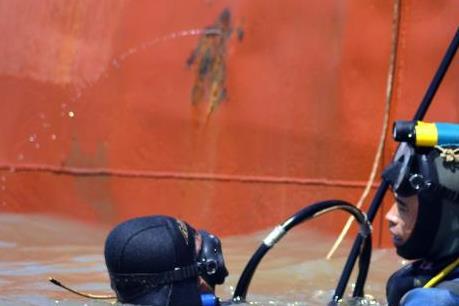 Vụ chìm tàu Hoàng Phúc 18: Đưa hai thi thể thuyền viên vào đất liền
