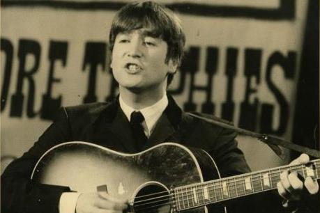 Cây đàn guitar của John Lennon được bán với giá 2,5 triệu USD