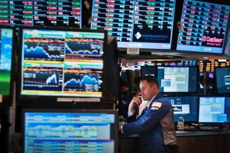 Khu vực bán lẻ sa sút và giá dầu giảm - Hai nhân tố gây áp lực lớn với Phố Wall