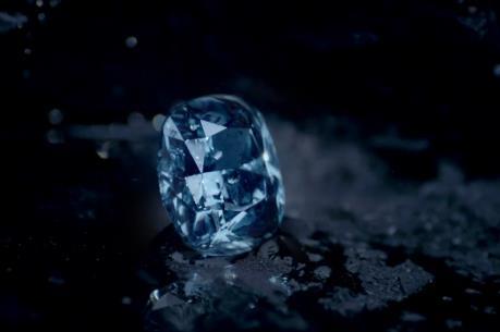 """Viên kim cương """"Blue Moon"""" đạt mức giá kỷ lục"""