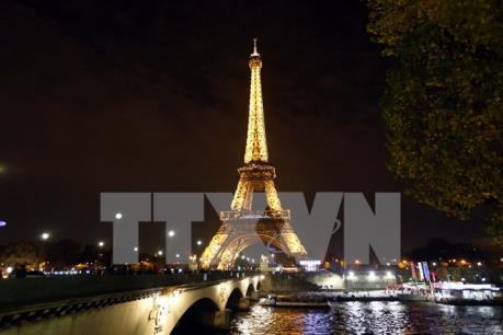Nhiều hãng lữ hành lùi thời gian đi, cắt điểm tham quan ở Pháp