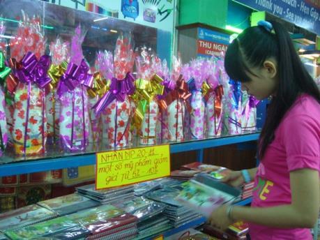 Thị trường quà tặng dịp 20/11: đa dạng sản phẩm ngoại nhập