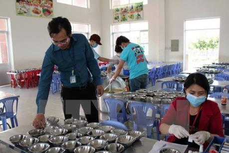 Đình chỉ bếp ăn có hơn 100 công nhân nghi bị ngộ độc