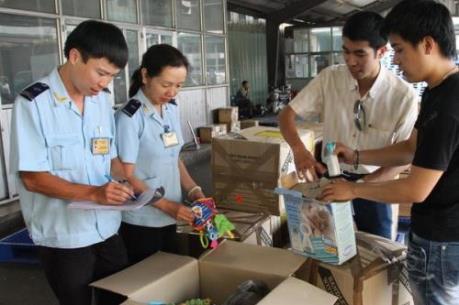 Hàng chuyển phát nhanh tập trung làm thủ tục hải quan tại Nội Bài