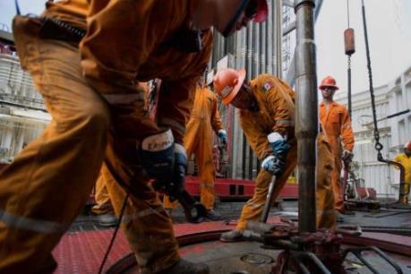 """Giá dầu tăng nhẹ song vẫn """"chật vật"""" quanh mức thấp nhất nhiều năm"""