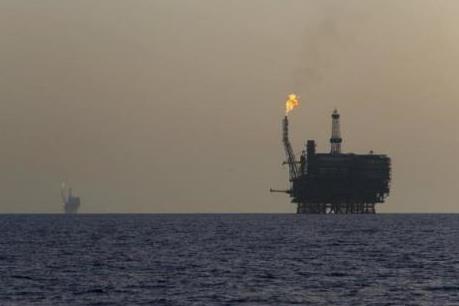 Giá dầu tuột dốc trước khi Fed quyết định lãi suất