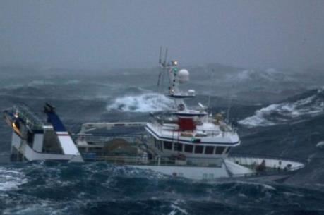 Bão số 5 hướng về quần đảo Trường Sa gây biển động rất mạnh