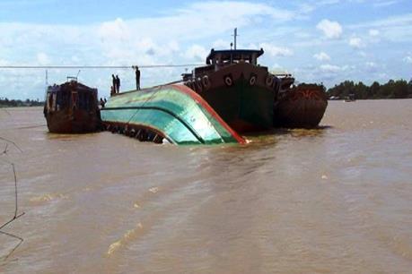 Tàu chở 130 tấn thức ăn gia súc bị chìm do va chạm với sà lan