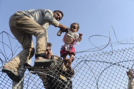Vấn đề người di cư: Hàng trăm người châu Phi vượt hàng rào thép gai vào Tây Ban Nha