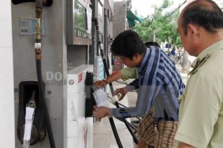 Hà Nội: Bắt khẩn cấp 8 đối tượng gian lận xăng dầu bằng điều khiển từ xa