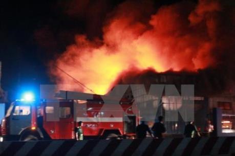 Cháy lớn thiêu rụi 3 nhà xưởng ở làng nghề Hữu Bằng (Hà Nội)