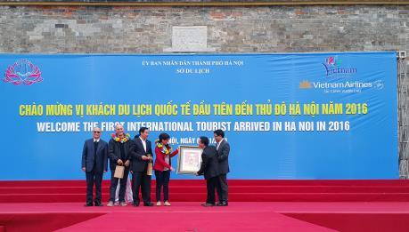 """Đón vị khách du lịch quốc tế  """"xông đất"""" Hà Nội trong năm 2016"""