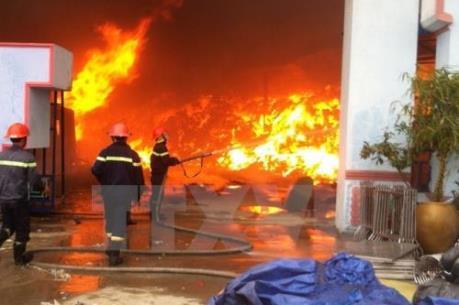 Cháy lớn thiêu rụi một xưởng gốm sứ ở Bát Tràng, Hà Nội