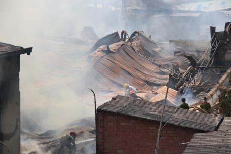 Bình Dương: Cháy lớn thiêu rụi hàng nghìn m2 xưởng gỗ