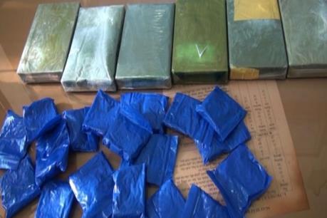 Bắt quả tang vận chuyển 6 bánh heroin và 4.000 viên ma túy tổng hợp