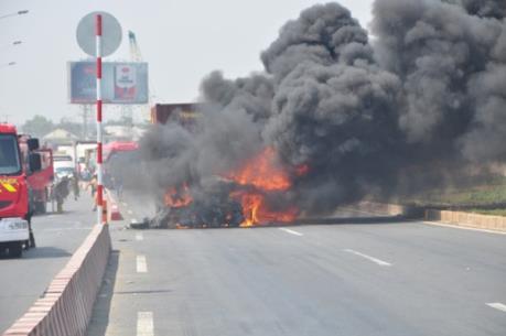 Cao tốc Long Thành – Dầu Giây ùn tắc kéo dài vì xe container bốc cháy