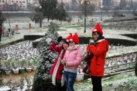 Hơn 10.000 lượt khách đổ lên Sa Pa ngắm tuyết