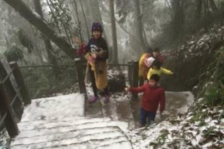 Hà Nội: Du khách nườm nượp lên Vườn Quốc gia Ba Vì ngắm tuyết rơi