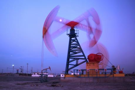 Giá dầu Brent tiến sát mốc 35 USD/thùng