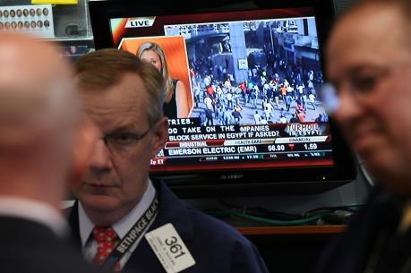 Sắc đỏ tràn ngập các thị trường chứng khoán toàn cầu tuần qua