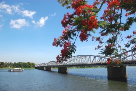 Hội Xuân Bính Thân bên bờ sông Hương thu hút hàng vạn người đến vui chơi