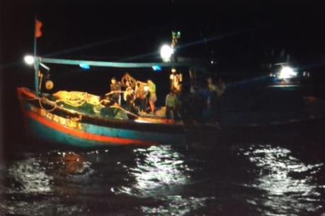 Đà Nẵng: Toàn bộ thuyền viên tàu QNg 94499TS bị nạn trên biển đã về đất liền an toàn