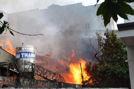 Cháy lớn thiêu rụi 6 ki ốt kinh doanh tạp hóa ở Tây Mỗ, Hà Nội