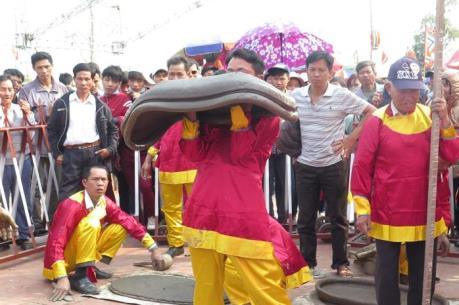Hội thi pháo đất ở Lễ hội đền Trần-Thái Bình năm 2016