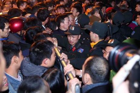 Hàng vạn người chen chân xin ấn đền Trần từ mờ sáng