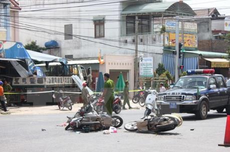 Xe ben đâm 6 xe máy, nhiều người bị thương