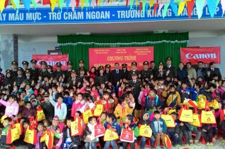 Canon hỗ trợ kinh phí sửa chữa trường lớp ở xã biên giới Xín Cái
