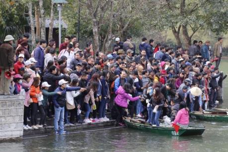 Bến đò Tràng An-Ninh Bình tắc nghẽn do lượng khách tăng đột biến