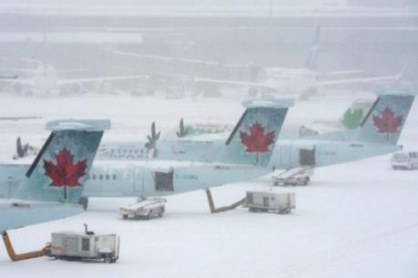 Hàng trăm chuyến bay bị hủy do bão tuyết dữ dội tại Canada