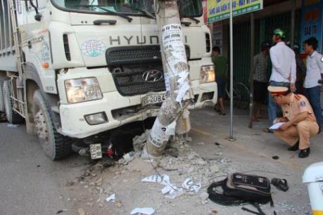 Xe tải mất lái gây tai nạn làm 2 người bị thương nặng ở Đồng Nai