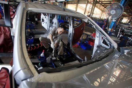 Sức tiêu thụ xe ô tô tô giảm gần một nửa trong tháng 2/2016