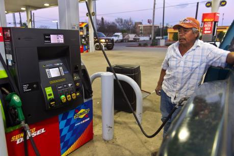 Giá dầu thế giới ngày 10/3 lùi về ngưỡng 40 USD/thùng