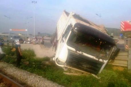 Xe tải mất lái đổ nghiêng lên đường sắt gây chậm tàu Bắc - Nam
