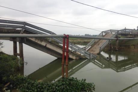 Tai nạn đường thủy nghiêm trọng tại Hà Tĩnh: Sà lan chở cát đâm sập cầu dân sinh