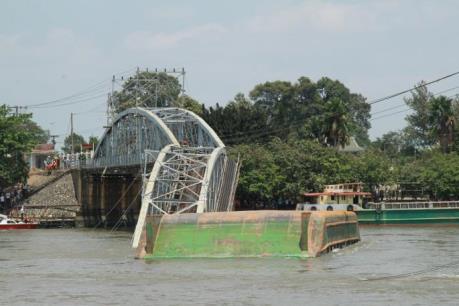 Đồng Nai: Sà lan đâm sập cầu Ghềnh